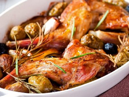 Задушен заек в сос от бира и домати в глинен гювеч на фурна с маслини, арпаджик, лук - снимка на рецептата